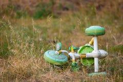 Le tricycle du ` s d'enfants est sur la pelouse Démontrez l'abandon ou partez image libre de droits