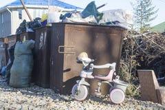 Le tricycle jeté photographie stock