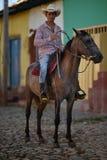 Le Trinidad, Cuba, le 16 août 2018 : Cheval d'équitation d'homme sur les rues du Trinidad image libre de droits