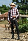 Le Trinidad, Cuba, le 16 août 2018 : Homme ressemblant au cowboy marchant sur les rues du Trinidad images stock