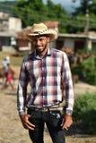 Le Trinidad, Cuba, le 16 août 2018 : Homme ressemblant au cowboy marchant sur les rues du Trinidad images libres de droits