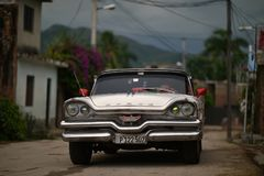 Le Trinidad, Cuba, le 17 août 2018 : Voiture de cru sur la rue du Trinidad photo libre de droits