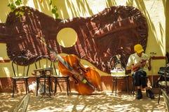 Le TRINIDAD, CUBA - 26 mai 2013 l'homme local de Cubain préparent l'instrument Images libres de droits