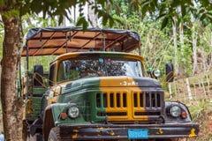 LE TRINIDAD, CUBA - 31 MARS 2012 : Les militaires camouflent la voie de ZIL Image stock