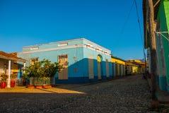 Le Trinidad, Cuba Rue cubaine traditionnelle avec la route de pavés ronds et les maisons multicolores Photographie stock