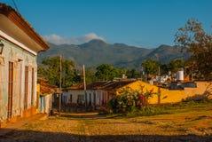 Le Trinidad, Cuba Rue cubaine traditionnelle avec la route de pavés ronds et les maisons multicolores Photo libre de droits