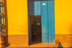 Le Trinidad, Cuba Vieille porte en bois sur la rue de la ville cubaine Photographie stock