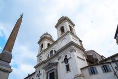 Le Trinite Dei Monte Church en haut des étapes d'Espagnol à Rome Italie Photos stock