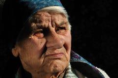 Le triste, dame âgée, regardant loin Images libres de droits