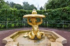 Le ` Triton - ` de fontaine de cloche dans le jardin du parc inférieur Peterhof, St Petersbourg, Images libres de droits