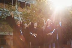 Le troisième cycle d'université réussi badine la taloche de lancement en air dans le campus Image libre de droits