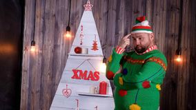 Le troll du ` s de nouvelle année dans un chapeau de Santa Claus danse et dupe autour Photo libre de droits