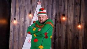 Le troll du ` s de nouvelle année dans un chapeau de Santa Claus danse et dupe autour Photos stock