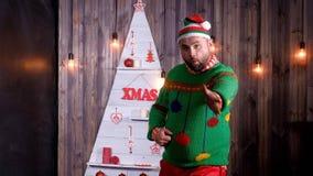 Le troll du ` s de nouvelle année dans un chapeau de Santa Claus danse et dupe autour Images libres de droits