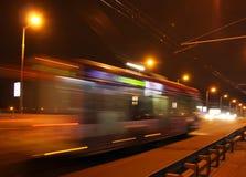 Le trolleybus brouillé le soir Image libre de droits