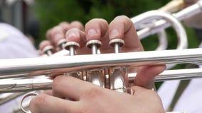 Le trompettiste joue une trompette argentée banque de vidéos