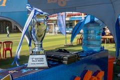 Le trophée s'est préparé à l'équipe qui gagne le tournoi du football photo libre de droits