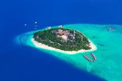 Île tropicale chez les Maldives Photos stock
