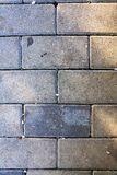 Le trottoir couvre de tuiles le fond vertical image libre de droits