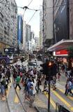 Le trottoir, le passage pour piétons, les boutiques et les personnes serrés à la chaussée aboient Photographie stock libre de droits
