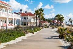 Le trottoir passe les cottages du front de mer de l'hôtel Del Coronado en Californie du sud Photographie stock libre de droits