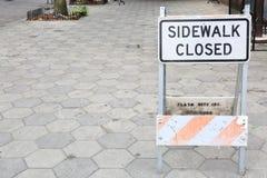Le trottoir superficiel par les agents a fermé le signe avec les machines à paver concrètes photo libre de droits