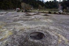 Le trou avec la chaleur géothermique pour faire cuire le plat açoréen traditionnel a appelé Cozido chez Furnas photos libres de droits