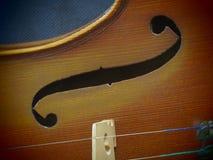 Le trou sain de violon et l'instrument de musique de ficelle rétro inspirent la vue de trou d'épingle Photographie stock libre de droits