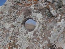 Le trou sur la roche Image libre de droits