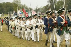 Le truppe francesi marciano per cedere il campo al 225th anniversario della vittoria a Yorktown, una rievocazione dell'assediamen Fotografie Stock