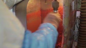 Le tube en plastique orange est pris hors de la machine rotative dans la chambre de laboratoire clips vidéos