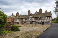 Le Tudor Façade, jardins étendus et raisons d'Adlington Hall dans Cheshire photographie stock libre de droits
