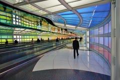 Le tunnel au néon électrique coloré le ciel est la limite à l'aéroport international ORD de lièvres de ` de Chicago O Photographie stock libre de droits