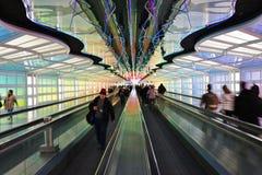 Le tunnel au néon électrique coloré le ciel est la limite à l'aéroport international ORD de lièvres de ` de Chicago O Image libre de droits