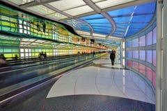 Le tunnel au néon électrique coloré le ciel est la limite à l'aéroport international ORD de lièvres de ` de Chicago O Images libres de droits