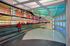 Le tunnel au néon électrique coloré le ciel est la limite à l'aéroport international ORD de lièvres de ` de Chicago O Photos libres de droits