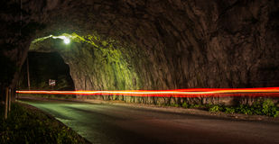 Le tunnel avec une voiture s'allume Image libre de droits