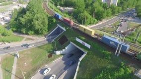 Le tunnel dans la ville, les voitures de monte et le train banque de vidéos