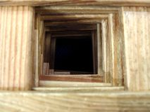 Le tunnel en bois à l'abîme foncé Les concepts de desserrer l'espoir, l'avenir désespéré, le malheur et les erreurs Foyer sélecti images libres de droits