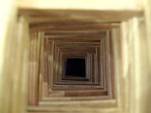 Le tunnel en bois à l'abîme foncé Les concepts de desserrer l'espoir, l'avenir désespéré, le malheur et les erreurs Foyer sélecti images stock