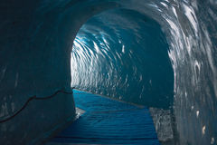 Le tunnel en vieux glacier Image stock