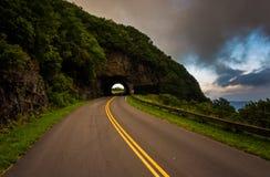 Le tunnel rocailleux de sommet, sur Ridge Parkway bleu dans le nord C photos libres de droits