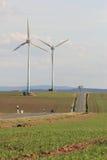 Le turbine di vento si avvicinano ad una strada Fotografie Stock Libere da Diritti