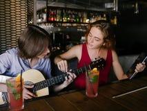 Le tuteur de musique apprennent l'enseignement de guitare de jeu photo libre de droits