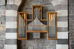 Le tuyau d'organe encadré par de belles voûtes a barré le marbre blanc Photos libres de droits