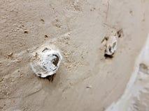 Le tuyau de propylène puttied dans le mur - robinet d'eau photo libre de droits