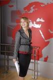 le tv för härlig blond journalist Arkivbild