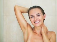 Le tvagningen för ung kvinna i dusch Fotografering för Bildbyråer
