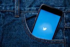 Le Twitter est une mise en réseau sociale en ligne et un service microblogging Images libres de droits
