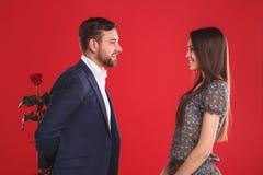 Le type élégant beau donne à une rose sa beaux amie et sourire timides Photos libres de droits